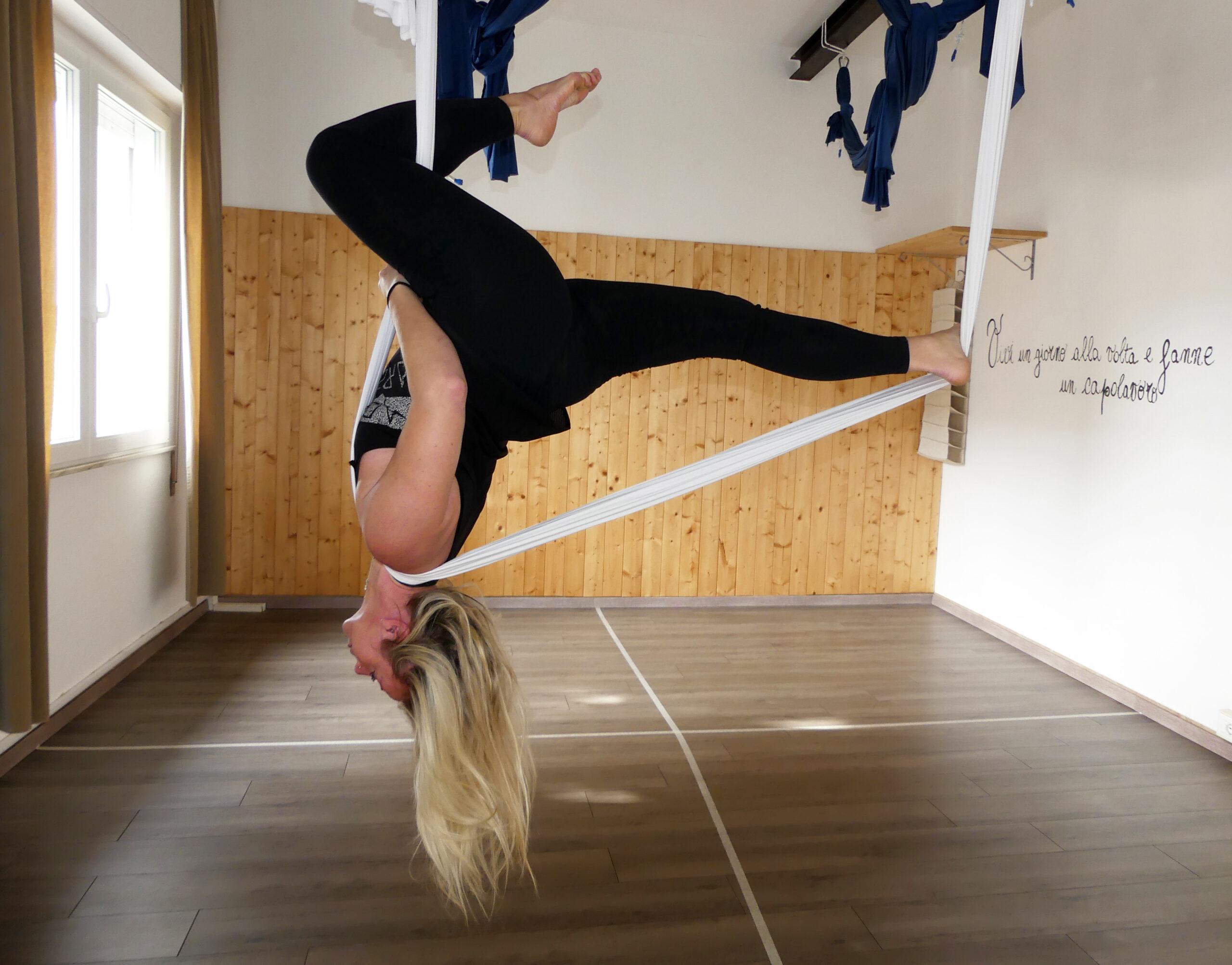 Cinzia Bertuccelli insegnante yoga il centro 4.0 viareggio aerial gravity feet up trainer yoga benessere salute