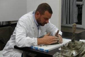 David Swan allievo del laboratorio di scultura al Centro 4.0 Viareggio