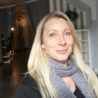 Cinzia Bertuccelli insegnante aerial yoga feetup yoga tessuti gravity presso associazione il centro 4.0 Viareggio