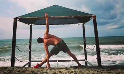 David Daniel Swan insegnante vinyasa yoga sul mare di viareggio il centro 4.0 posizione asana