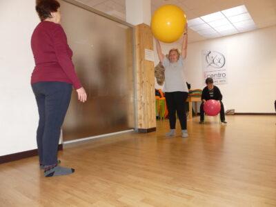 ginnastica motoria adattata per tutti il centro 4.0 mal di schiena nonne giocano palla